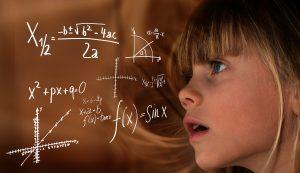 enfant avec un tableau de chiffres