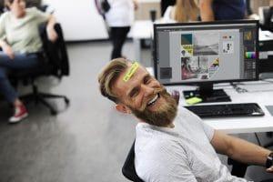 homme heureux au travail