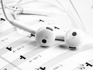 écouteur de musique sur un cachier