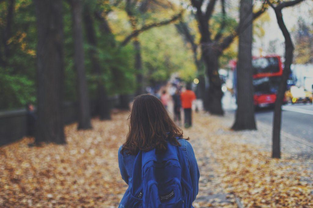 Jeune qui marche dans la rue